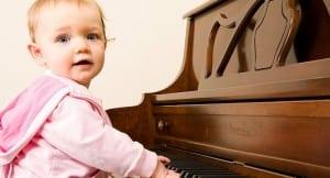 Criança tocando instrumento musical
