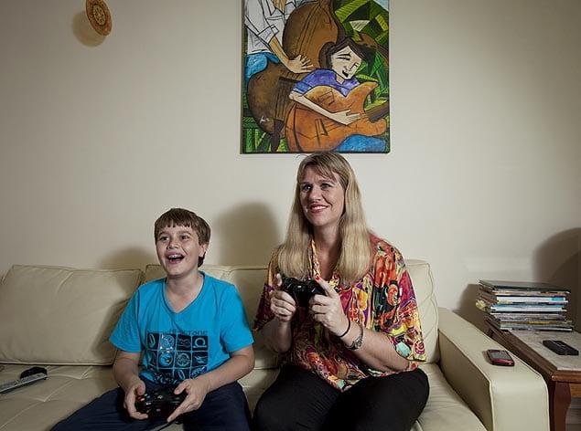 Mãe jogando vídeo game